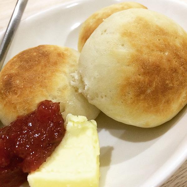 基本のプチパンをバターとジャムで